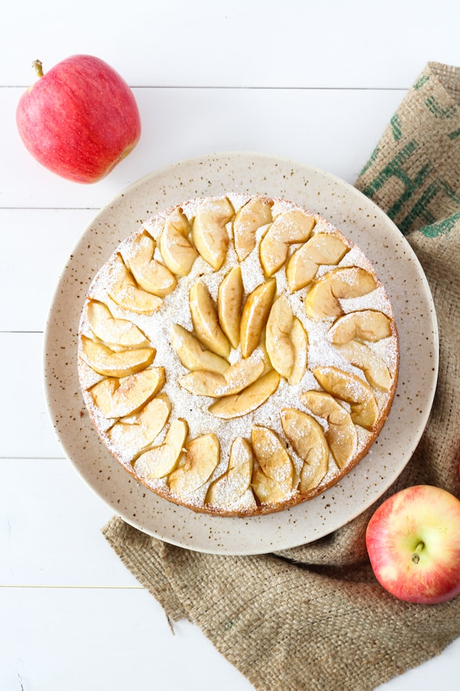 Apple Sponge Cake | cookinginmygenes.com